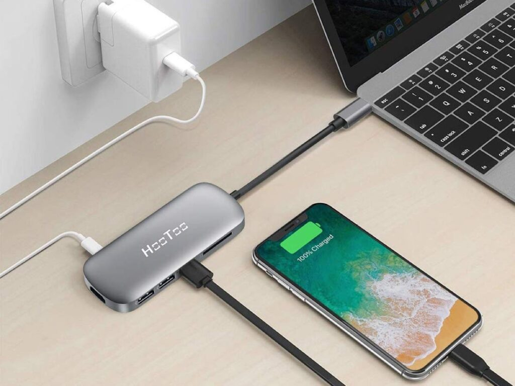 Hub USB-C branché à un MacBook